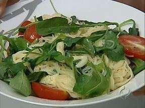 """Aprenda a fazer um macarrão com tomate cereja - É a receita do quadro """"Tá barato"""" desta semana. O prato é rápido, barato, fácil de fazer e saboroso."""