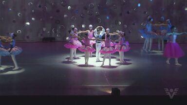 Bailarinas de todas as idades se apresentam no Municiapal em espetáculo de escola de dança - Apresentação é tradicional em Santos.