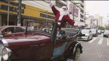 Papai Noel chegou em mais um shopping de Santos - O bom velhinho chegou de calhambeque vermelho, e encantou crianças e adultos pelas ruas do Gonzaga.