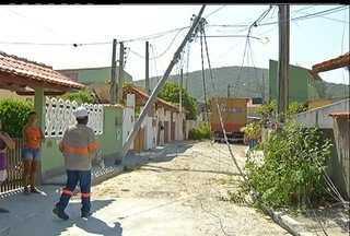 Caminhão danifica rede elétrica em bairro de Cabo Frio, RJ - Vários moradores do bairro Peró foram prejudicados com o acidente.Veículo tinha feito entrega na Rua das Rosas.