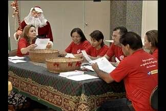 Papai Noel dos Correios já começa a receber cartas - Voluntários leem e selecionam as cartas das crianças.