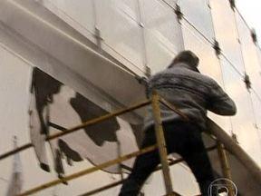 Produtores atacam a jatos de leite prédio do Parlamento Europeu, na Bélgica - Manifestantes vieram de trator da França, da Alemanha, dos Países Baixos e da Polônia. Protesto era contra política europeia que baixa o preço do produto, conforme acusam os produtores. A Comissão Europeia estabelece quotas de produção muito altas.