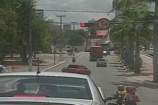 Comerciante é vítima de sequestro-relâmpado em Campina Grande - Vítima teria parado carro em sinal de trânsito no Centro da cidade quando foi abordada por bandidos, que a levaram no carro por algumas ruas depois a deixaram, roubando o carro.