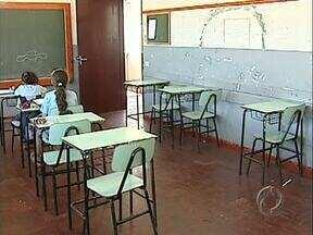 Escolas de distritos ficam quase vazias, cerca de 4 mil alunos estão sem transporte - A Secretaria de Educação de Londrina discute formas alternativas de transporte para não prejudicar os alunos a 16 dias do fim das aulas. A empresa que presta o serviço discute na justiça o repasse de um valor aditivo à licitação do transporte.