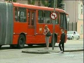 Esquina das Avenidas Sete de Setembro e Marechal Floriano é um risco para os pedestres - No trecho circulam ônibus e carros e muitos pedestres se arriscam ao usar celular e fone de ouvido ao atravessar a rua.