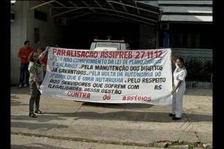 Servidores do IPAMB protestam em frente à sede do Instituto, em Belém - Usuários e servidores do IPAMB chegaram a interditar parte da via pública.