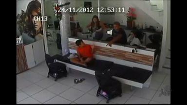 Polícia procura dois suspeitos de assaltar estabelecimento em Fortaleza - Eles foram filmados por câmera de segurança.