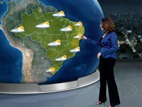 Confira a previsão do tempo para o domingo (2) em todo o Brasil - A frente fria que está no país vai embora para o oceano, mas seu deslocamento provoca uma mudança nos ventos que passam a soprar do mar para o continente. A Previsão é de chuva para grande parte do país.