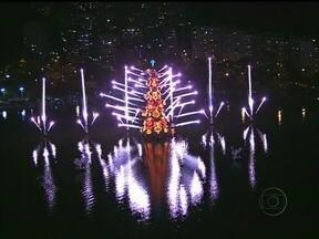 Brilho e cores: enfeites de Natal já são atrações de cidades do mundo todo - No Rio de Janeiro, a árvore da Lagoa Rodrigo de Freitas atrai multidões