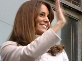 Kate Middleton está grávida - A duquesa de Cambridge está internada há dois dias com sintomas severos de náusea. Os médico disseram não ser um caso grave, mas o enjôo matinal é agudo e pode causar desidratação. O príncipe Willian passou a tarde com a mulher no hospital.