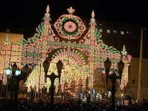 Curitiba fica iluminada para o Natal - Cinquenta mil lâmpadas enfeitam as ruas do Centro da capital paranaense. Bailarinos voam e viram anjos. Um coral reuniu 120 vozes de crianças no Palácio Avenida. A apresentação acontece há 21 anos.