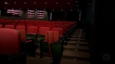 Nem as cadeiras aguentam! Vá ao teatro, mas não me chame! - Casal faz peça longa e chata e cadeiras do teatro arranjam um jeito de dar uma escapadinha