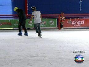 Pista de patinação no gelo é montada no Parque do Ibirapuera - A partir desta segunda-feira (10) será possível patinar no gelo, no Parque do Ibirapuera. Nove instrutores ajudam gratuitamente os interessados em aprender a patinar.