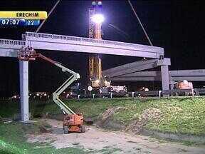 BR-290 fica bloqueada para lançamento de vigas de passarela de pedestres em Porto Alegre - Trabalho começou às 23h de domingo.