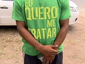 ONGs fazem ato público na cracolândia da Avenida Brasil - Durante o ação, camisetas foram distribuídas aos usuários de crack, para protestar contra a internação compulsória. As organizações querem uma discussão mais ampla sobre o assunto com a Prefeitura.