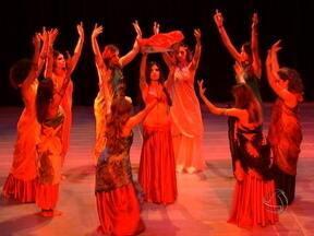 """Ritmo árabe encerra a Mostra de Dança de Mato Grosso - O espetáculo """"A Tenda Vermelha"""", encerrou a programação da Mostra de Dança de Mato Grosso. A peça levou ao palco do Cine Teatro Cuiabá, o ritmo forte e vibrante da música e dança árabe."""