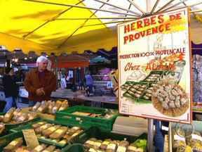Feira na Provence reúne o que existe de mais sedutor na culinária francesa - A equipe do programa percorreu a feira, guiada pelos cheiros, pelos perfumes. E encontra as famosas ervas da Provence. Irresistíveis. Nada que você não conheça: tomilho, alecrim, manjericão e pimenta.