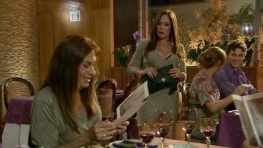 É cada maluco! Clone de Susana Vieira aparece em jantar da atriz - E pior de tudo: Fãs acham que a verdadeira Susana é o clone