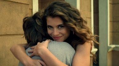 """Alinne Moraes é A Noiva do Catete - Nadia se faz de moça perfeita. Seu noivo, Carlinhos, ficou paraplégico ao salvá-la de um assalto. Mas a vontade de Nadia em casar e ter filhos com ele não a impede de dar suas """"escapadas""""."""