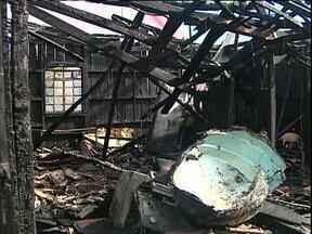 Avó e duas netas morrem em incêndio em Toledo - A casa em que elas estavam ficou destruída.