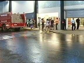 Desaba parte do teto de um shopping no sul do estado - Duas pessoas ficaram levemente feridas. Segundo a administração do estabelecimento, durante o tumulto, um motorista teria saído do estacionamento em alta velocidade, destruindo três cancelas.