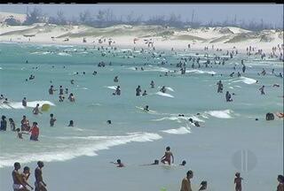 Primeiro dia de verão com muito sol e praias lotadas na Região dos Lagos - Em Arraial do Cabo, os turistas já chegaram para aproveitar as festividades de fim de ano.