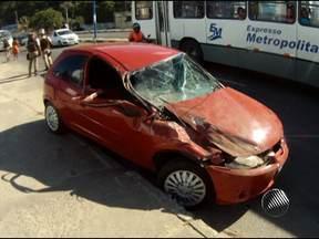 Carro bate em ônibus e deixa trânsito complicado na Avenida Suburbana - Já na Bonocô, um outro carro ficou preso em um pequeno muro que separa a avenida após ser fechado por um caminhão na noite de quinta-feira.