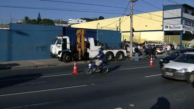 Rodoviária clandestina com 30 veículos é fechada na capital - Duas pessoas administravam negócio irregular há dois meses, a poucos metros do Terminal Rodoviário, no centro da cidade.