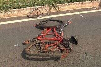 Ciclista morre atropelado na BR-153, em Aparecida de Goiânia - Um ciclista morreu depois de ser atropelado por uma caminhonete no perímetro urbano de Aparecida de Goiânia. O acidente aconteceu hoje a tarde.