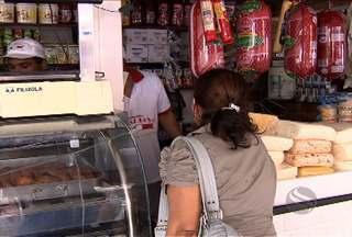 Sergipanos compram produtos para a ceia de Natal no Centro de Aracaju - Basta pensar na ceia natalina para imaginar uma mesa farta e bem variada. Muitos produtos são comprados com mais frequência nessa época do ano, como amêndoas, nozes e castanhas
