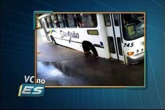 Telespectador flagra asfalto cedendo em Nova Venécia, no ES - Ônibus ficuo preso em buraco.