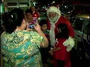 Dezenas de pessoas participam da Caravana do Brinquedo da RBS TV em Rio Grande, RS - Solidariedade foi destaque na época de Natal.