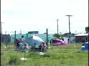 Área particular é invadida por dezenas de pessoas em Rio Grande, RS - Mesmo sabendo da irregularidade, as pessoas já começam a instalar barracas.