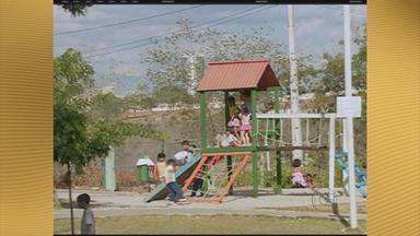 Pais e filhos aproveitam o dia de Natal ao ar livre, em Caruaru - O Parque Severino Montenegro foi o local escolhido por muitas famílias para o dia de folga.