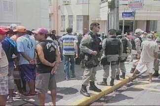 Garis prestadores de serviço fazem protesto - Prestadores de servido da prefeitura de Campina Grande reclama pela falta de 3 meses de salários.