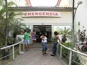 Parentes de pacientes internados em hospital de São Gonçalo reclamam de atendimento - Os parentes de pacientes internados reclamam da precariedade do atendimento. Faltam médicos na unidade. Uma família denuncia que foi orientada a comprar medicamentos e utensílios para procedimentos.
