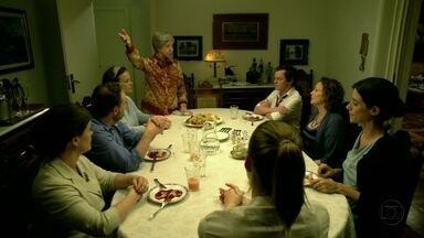 Dona Picucha faz panquecas e anuncia: Zaida vai se casar - Sílvio, Elaine, Susana e Fernando ficam preocupados com a mãe
