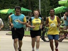 Atletas se preparam para a corrida de São Silvestre - Alguns corredores treinam seis dias por semana durante duas horas. A novidade da São Silvestre fica por conta do horário que passa da tarde para a manhã. Vinte cinco mil pessoas participam da corrida que vai começar na Avenida Paulista.