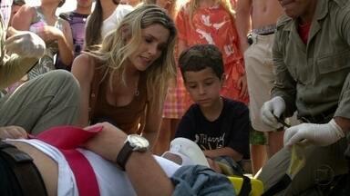 Théo salva Junior e acaba sendo atropelado - Ele pede para Érica levar o menino para casa