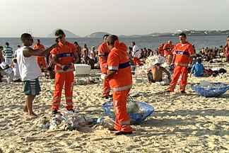 Réveillon tem recorde de lixo no Rio - A Comlurb recolheu 768 toneladas de lixo, Um aumento de quase 20%. Só em Copacabana, foi coletada mais da metade desse total: 400 toneladas. Os funcionários da Comlurb precisaram de quatro horas pra conseguir limpar todo a orla.