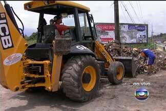 Novo prefeito de Belford Roxo começa mutirão de lixo - Em Belford Roxo, o novo prefeito, Dennis Dauttmam, começou nesta quarta-feira (2), um mutirão de lixo, para retirar a sujeira acumulada nas ruas da cidade.