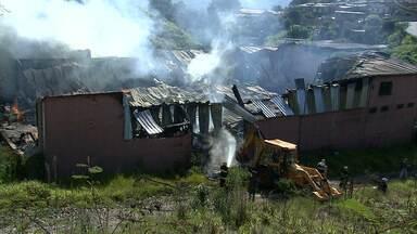 Incêndio destrói galpão cheio de móveis em Nova Lima - O dono não tinha seguro. A perícia vai esclarecer as causas do fogo.