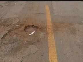 Moradores de Ceilândia reclamam que sinalização foi pintada por cima dos buracos - Nas QNPs, a pintura é nova mesmo onde há problemas no asfalto. De acordo com a assessoria de imprensa do Detran, a sinalização só foi feita nas vias onde há condições de tráfego.