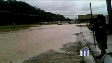 Pancada de chuva deixa ruas alagadas em Jacareí - Por conta da chuva, o trânsito ficou complicado na cidade nesta quarta-feira (9).