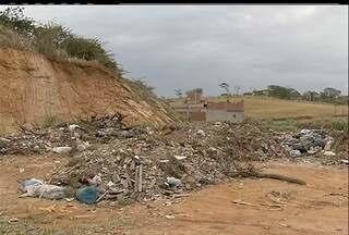 Apesar das queixas, lixão continua funcionando em São Pedro da Aldeia, RJ - Buraco feito pela prefeitura para impedir a passagem de caminhões foi tapado.Segundo testemunhas, veículos da própria Prefeitura descartam lixo no local.