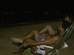 Baianos e turistas aproveitam a praia do Porto da Barra durante a noite - Tem gente que sai do trabalho e vai direto curtir a praia mais famosa da Bahia.