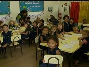 GDF promete construir 116 creches até 2014 - Faltam vagas e 130 mil crianças, de 0 a 5 anos, estão fora da escola. O GDF tinha prometido construir, no ano passado, 75 creches. O governo administra apenas uma creche e a Secretaria de Educação mantém convênio com 50 unidades filantrópicas.