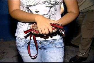 Cabeleireiro usa tesoura para render mulher em assalto, no ES - Vítima reagiu e ficou com diversos cortes pelo corpo. Suspeito foi preso e disse que usaria dinheiro roubado para comprar droga.