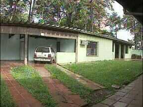 Conselhos Tutelares de Foz vão funcionar provisoriamente no mesmo endereço - A idéia era descentralizar o atendimento. Mas por enquando os dois conselhos tutelares de Foz do Iguaçu vão funcionar no mesmo lugar. O novo governo municipal não encontrou orçamento suficiente para abrir uma segunda sede.