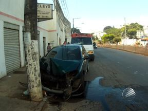 Motorista fica ferido depois de bater carro em um poste na Av. Vasco da Gama - O motorista foi socorrido por uma equipe da Samu e levado para o HGE. O estado de saúde dela ainda não foi divulgado.